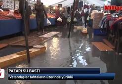 Bahçelievler'de pazarı su bastı, vatandaşlar tahtaların üzerinde yürüdü