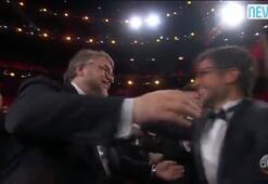 Guillermo del Toro dülün yazılı olduğu kartı kontrol etti
