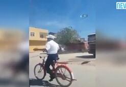 Trafikteki dinlediği müziğe kendini kaptıran bisikletli