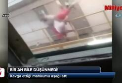 Kavga ettiği mahkumu aşağı attı