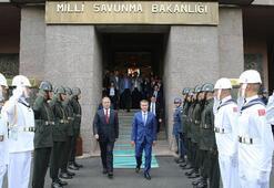 Milli Savunma Bakanı Hulusi Akar, görevi Nurettin Canikliden devraldı