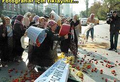 Çiftçilerden TBMM önünde domatesli, tabutlu protesto