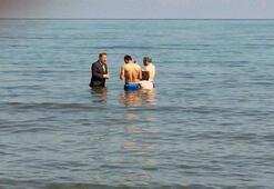 Milletvekili adayı takım elbise ile denize girip yüzenlerden oy istedi