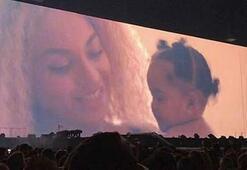İkiz bebeklerinin yeni fotoğraflarını sahneden paylaştılar