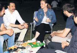 Çimler üzerinde gençlerle sohbet
