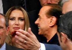 Berlusconinin eskortu ağladı