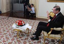 Erdoğan kime el salladı