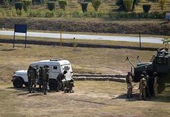 Hindistanda polis aracına bombalı saldırı: 6 ölü