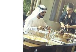 Dubai şeyhi Maktum'a elleriyle et yedirdi...
