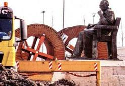 Yaşar Kemal heykeline terbiyesizlik
