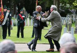 Büyükelçi göstericiyi yaka paça attı