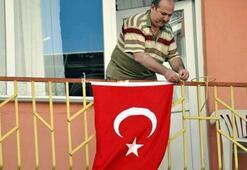 Bayrak asan adamın kimliği belli oldu