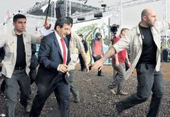 Bakan Güllüce'yi  yağmurdan korudular