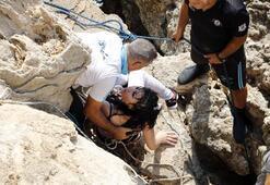 Falez manzarasını seyreden genç kadın denize düştü