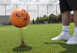 Çocuklara organik futbol sahası
