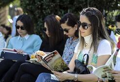 Öğrenciler sokakta kitap okudu