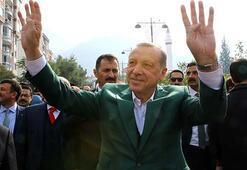 Cumhurbaşkanı Erdoğan yanına oturan yaşlı çifte tesbih hediye etti