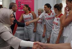 Başbakan Erdoğan, elinden Türk bayrağını bırakmadı