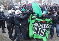 Son dakika: Almanya savaş alanına döndü Irkçı parti kongresine protesto...