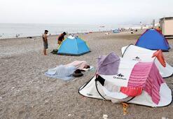 Yüzde 98lik nemden bunalanlar sahilde sabahladı