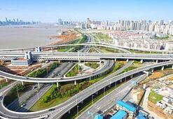 Çinden milyar dolarlık süper otoyol Güneş enerjisiyle çalışan yol sürücüsüz arabaları otomatik şarj da edecek