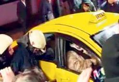 Tramvay taksiye  çarptı: 4 yaralı