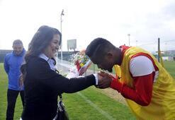 Antalyasporlu Etoo antrenmana gelen kadın öğretmenin elini öptü