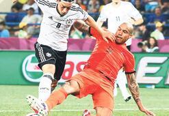 Futbol bu, bazen güler, bazen ağlarsın Yıldızlar inşallah gol olup gökyüzünden yağar
