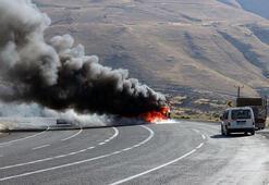 Tuncelide PKKlı teröristler yol kesip araç yaktı