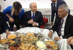 MHP Lideri Bahçeli yer sofrasına oturdu