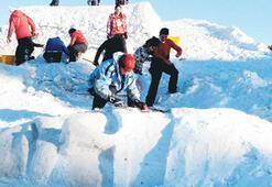 Sarıkamış şehitlerine kardan dev heykel