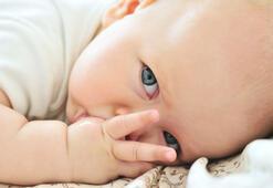 Bebeklerde parmak emme zararlı mı
