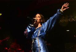 Mavi mini elbisesiyle İstanbulu yaktı