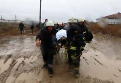 Köpeklerden kaçarken çamura saplanan genç kurtarıldı