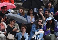 Şemsiyesini alan oraya geldi