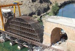 Havaya uçurulan bin 800 yıllık köprünün iki yakası birleşiyor