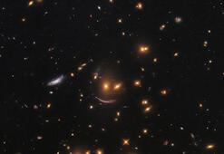 Hubble, gülen yüz galaksi kümesini ortaya çıkardı