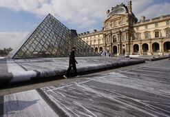 Louvre Müzesi piramidi 30. yılını kutluyor