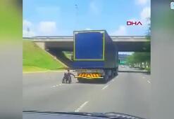 Tekerlekli sandalye ile TIRın arkasına takıldı