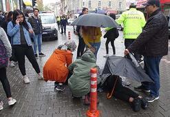 Otomobilin çarptığı liseli yaralıya ıslanmasın diye şemsiye tuttular