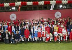 Suriyeli çocuklar ve parlamenterler futbol maçı yaptı