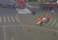 Çinde TIRdan kopan çift tekerlek işçinin üzerinden geçti