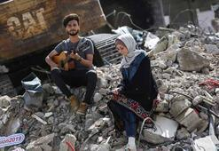 Gazzedeki AA ofisinin bulunduğu binanın enkazında şarkı yarışması