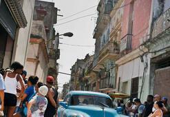 Kübada bir otomobil insanları ezdi