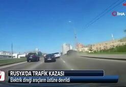 Kazada elektrik direği araçların üstüne devrildi