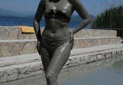 Güzellik kraliçesi çamur banyosu yaptı