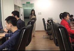 Çinli internet fenomeni ofiste tavuk pişirip yedi