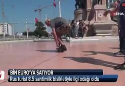 Rus turist 8.5 santimlik bisikletiyle ilgi odağı oldu