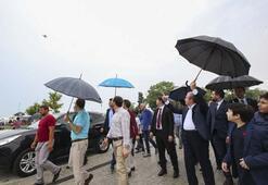 Yağmur altında binlerce kişi onun için toplandı