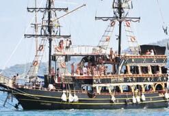 Marşlar eşliğinde koylarda tekne turu